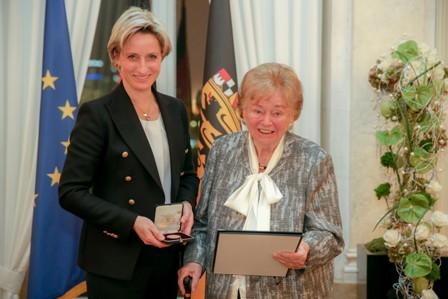Baden_Württemberg_economic_minister_Dr._Nicole_Hoffmeister-Kraut_awarded_Usula_Ida_Lapp_the_state's_Business_Medal.